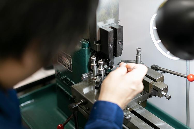 それは先進の機械技術と職人の技が融合した部分加工企業
