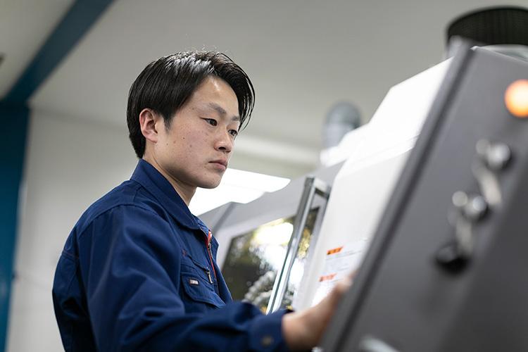 ステンレス加工に最適化された加工機械、工具、加工油と作業環境、そして「知識・経験・技術」を兼ね備えた作業員